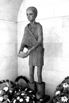 Монумент в честь Тани Савичевой в мемориальном комплексе.Осталась одна Таня... блокада Ленинграда Таня Савичева Памятные места Бессмертный полк