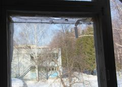 Щель между рамой и окном составляет не менее 5 см, ее заклеили бумагой и скотчем. Фото Максима БОБРОВА Как отремонтировать придомовую дорогу Открытый диалог