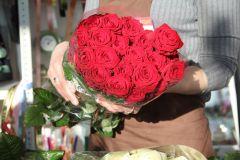 Покупайте цветы только в специализированных магазинах и после тщательного осмотра. Фото Максима БОБРОВАБутон на поддержке цветы заказ букетов