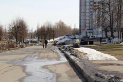 """Сугроб на тротуаре после обращения газеты """"Грани"""" был убран на следующий день.  Квест с коляской Фотофакт"""