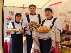 Представители районов Чувашии (на фото — Комсомольское райпо) встречали гостей хлебом-солью.Вкус чувашского гостеприимства Чебоксары-550 550 лет Чебоксарам