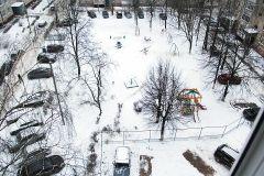 В большом дворе по ул. Строителей нашлось место и для детской площадки, и для бельевой сушки, и для парковки автомобилей. Фото Максима БОБРОВАЭкопарковка преткновения экопарковка