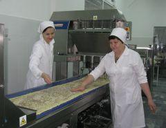 Полуфабрикат для слоеного печенья. Сменный технолог Алина Матвеева и мастер-пекарь Елена Гаврилова.Всегда в почете хлеб насущный Чебоксарский хлебозавод № 1