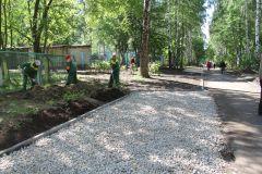 На аллее Ветеранов отдельная бригада трудится над озеленением прилегающей территории.Три пространства для горожан Комфортная среда Национальный проект