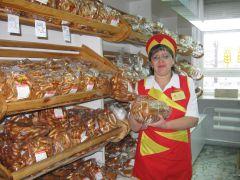 """В новочебоксарском магазине """"Калач"""" есть вся продукция завода. У прилавка — Наталия Рыжова. Фото автораВсегда в почете хлеб насущный Чебоксарский хлебозавод № 1"""