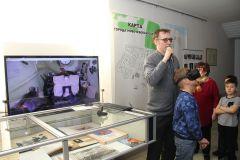В очках виртуальной реальности можно оказаться внутри капсулы спускаемого аппарата (слева на экране). Фото Максима БОБРОВАМечты о космосе  реальны День космонавтики