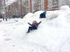 Вот такие небезопасные горки образовались на площади Победы. Фото автораСугроб все шире и выше уборка дорог от снега снег