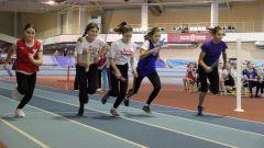 Эстафету бегут школьные команды. Фото Ирины ХАННАЛюбимому городу  на день рождения эстафета