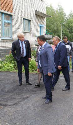 Депутаты проверили качество работ по асфальтированию пешеходных дорожек детского сада.Миллион рублей на асфальт