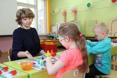 Оксана Ильина ведет групповое занятие у ребят с проблемами зрения. Фото Максима БОБРОВАЭкология  для начинающих  Учитель-дефектолог Чувашии — 2019