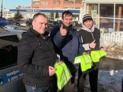 В Чебоксарах водителям дарят светоотражающие жилеты