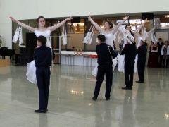 Танцуют выпускники — коллектив Моргаушской школы. Вас приглашает на вальс будущий офицер День Героев Отечества Георгиевский бал