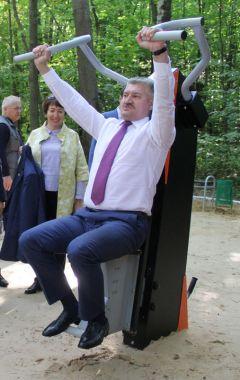 Владимир Викторов лично опробовал несколько тренажеров.Город спорта День города Новочебоксарск-2019