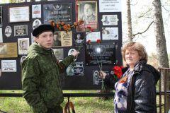 На братской могиле в Сычевке установлен стенд памяти с фотографиями солдат, в том числе чувашских.Вернуть имя солдату Память поколений
