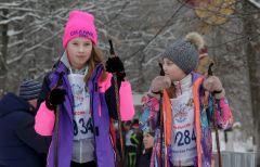Ксения Шумилова и Ксения Глухова перед стартом на 1000 м.Заряд бодрости, энергии,  отличного настроения. Более 8000 новочебоксарцев встали на лыжи Лыжня России-2019