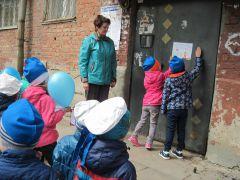 Дошколята детского сада 10 поздравили жителей микрорайона и ветеранов с Днем Победы