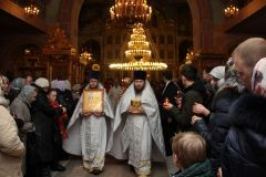 В пасхальную ночь перед началом крестного хода.Пасха на столе — радость в семье Пасха