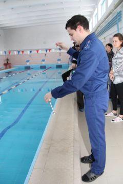 Помощник прокурора Новочебоксарска Павел Макеев проверяет температурный режим в бассейне. Фото Ирины ХАННАПо следам трагедии  в бассейне утопление