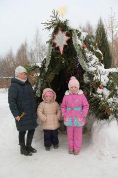 Татьяна Николаевна с внучками Полиной и Дианой.И румянил щеки легкий мороз Новый год-2021