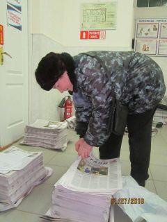 """В пять утра почтальон Тамара Муллина забирает газеты из редакции.  Фото автораЭто он, наших """"Граней"""" почтальон Человек труда Испытано на себе"""