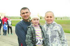 Друговы с дочкой ДашейСпортивный дух в каждом забеге юбилейной XXV легкоатлетическая эстафета на призы газеты ГРАНИ