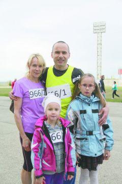 Ивановы с дочерьми Анжеликой и ДашейСпортивный дух в каждом забеге юбилейной XXV легкоатлетическая эстафета на призы газеты ГРАНИ