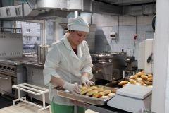 """Повар Екатерина Калашникова работает в детском саду № 2 пять лет. Она, как и ее коллеги, рада изменениям, произошедшим на кухне. """"Трудимся с еще большим удовольствием"""", — говорят работники пищеблока.  Ешьте дети, на здоровье! Реализация нацпроектов"""