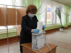 Ольга Чепрасова проголосовала за поправки в Конституцию на участке в школе № 10.  Фото Максима БОБРОВАСделай выбор, скажи свое слово Поправки в Конституцию