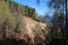 Берег Волги обнажил несколько слоев почвы.Бежит ручей водопадом в Волгу Неизвестная Чувашия Колесо путешествий