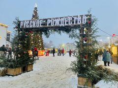 """Фестиваль """"Русское Рождество"""" проводится в Шуе второй раз. В этом году его посетили 100 тысяч туристов, которые выпили порядка 3,5 тысячи литров горячих напитков, отведали 3 тысячи пирогов, 200 килограммов имбирных пряников, 600 килограммов сыра.Шуя — мыльная столица страны Шуя Путешествуем по России"""
