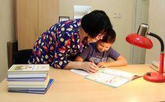 Вместе с мамой делают уроки большинство учеников начальных классов. Фото Максима БОБРОВАДомашка. Версия родителей домашняя работа