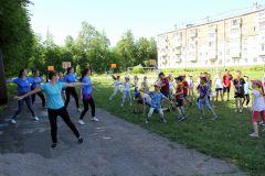 Зарядку для объединенных лагерей школ № 2 и 3 провели волонтеры Российского движения школьников.Только небо, только ветер,  только радость впереди... пришкольные лагеря