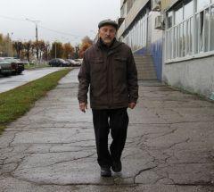 Каждый день не менее 5 км проходит по улицам Новочебоксарска пенсионер Александр Семенов. В месяц получается под 150 км, а за год почти 1800. Фото Максима БОБРОВАПешком по городу Активное долголетие
