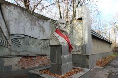 Бюст Ленина у здания автобазы № 6.Советское, монументальное Неизвестный Новочебоксарск