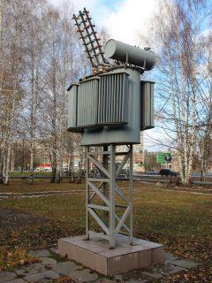Памятник трансформатору установлен   в сквере  перед зданием Новочебоксарских городских электрических  сетей  (ул. Коммунальная, 10).  Советское, монументальное Неизвестный Новочебоксарск