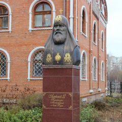 Памятник Патриарху Московскому и всея Руси Алексию II установлен в 2013 году также на территории Собора.Советское, монументальное Неизвестный Новочебоксарск