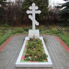 Первый настоятель Собора святого равноапостольного князя Владимира отец Илия похоронен на прихрамовой территории.Советское, монументальное Неизвестный Новочебоксарск