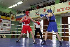 Жаркие схватки на ринге. Фото Ирины ХаннаЧемпионские бои бокс