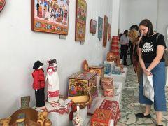 На выставке представлено более 1200 произведений народного искусства. Фото автораГжель, Палех,  Златоуст, Вологда... –  все в гости к нам