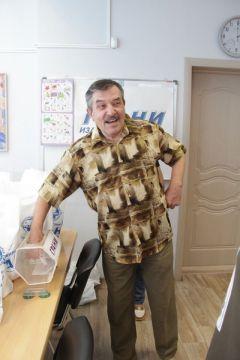 Юрий Григорьев не глядя выбирает счастливчика.  Фото Максима БОБРОВАСахар для подписчиков