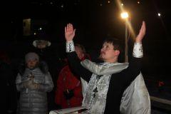 Воду в купели на набережной освятил иерей Евгений Гаврилов.  Фото Юрия НикандроваВ Иордань за чудом и здоровьем Крещение