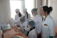 Школьники посмотрели на профессию медика изнутри и попробовали сами выполнить несложные манипуляции. Фото с сайта НМЦЯ бы доктором пошел!