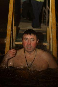 Андрей Семенов 17-й год подряд окунается в иордань. Фото Юрия НикандроваВ Иордань за чудом и здоровьем Крещение
