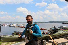 Роберт Томальски со своим каяком.Охота экстриму Колесо путешествий