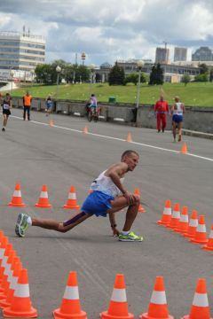Лидер сезона, неудачник захода на 50 км Дементий Чепарев отбывает 5-минутный штраф в специально отведенном на трассе месте.Мировой рекорд установила  скороходка из Чувашии Чемпионат России по спортивной ходьбе