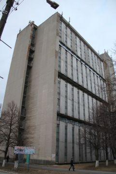 Четыре спортзала в этом здании, каждый размером 18х36 м, высотой  9 м, будут реконструированы.Большой ремонт в спорткомплексе Реализация нацпроектов