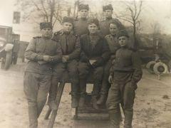 Ион Дарьин (второй слева) ушел на фронт 17-летним парнишкой, а вернулся только через 6 лет. Ион Дарьин: Когда всю крапиву съели,  начали варить листья липы 22 июня — День памяти и скорби