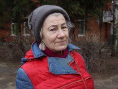 Надежда НиколаевнаДорога в школу, памятник и машины под окном