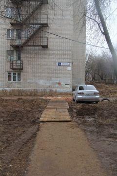 Так стало 19 марта 2020 года. Фото Максима БОБРОВАДорога в школу, памятник и машины под окном