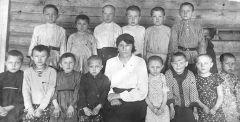 Виталий (третий слева в верхнем ряду) — ученик 2-го класса, с учительницей Юлией Павловной Крыловой и одноклассниками.  Фото из семейного альбома Виталия СергееваВойна украла наше детство Бессмертный полк